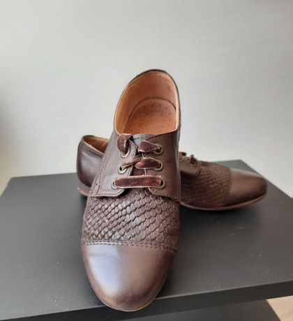 Sapatos castanhos pele meia estação