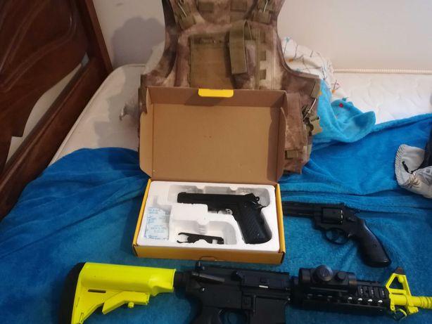 Armas de airsoft e equipamento completo