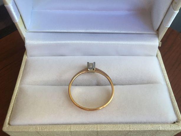 Кольцо помолвочное с бриллиантом
