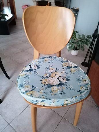 Cadeiras em faia maciça com almofadas, estão em excelente estado