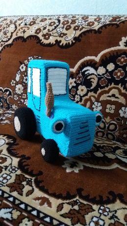 Вязаная игрушка синий трактор
