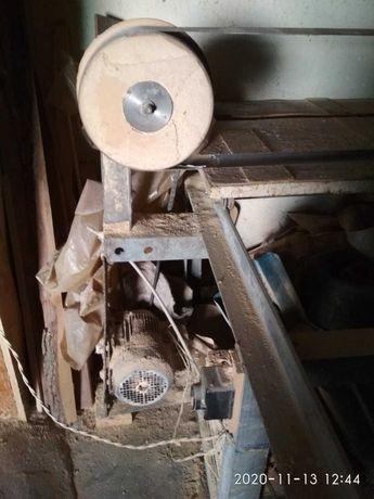 Продам Шлифовальный станок по дереву работает от 220В.