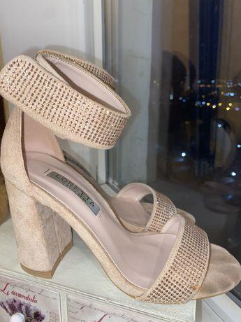 Туфли в камнях