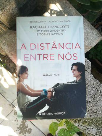 """Livro em Português """" A Distância entre Nós"""""""