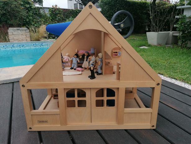 Casa de madeira de bonecas