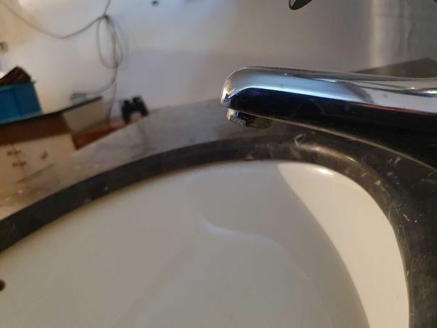 szafka łazienkowa z marmurowym blatem i umywalką