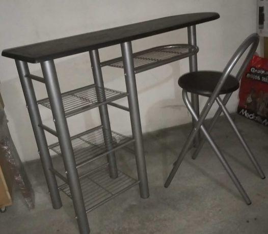 Mesa de apoio com estantes e 2 cadeiras altas