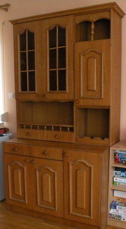 meble do jadalni: kredens, rogówka, 3 krzesła, stół, półka