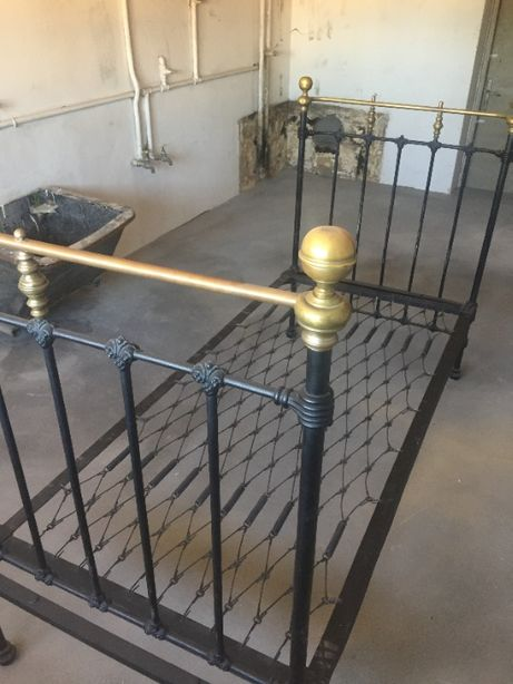 Antyk przedwojenne łóżko metalowe żeliwne oryginalne po renowacji