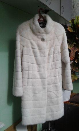 Шуба ( пальто ) из меха нутрии белого цвета - новая!