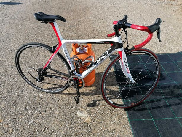 Bicicleta de estrada CKT de carbono.