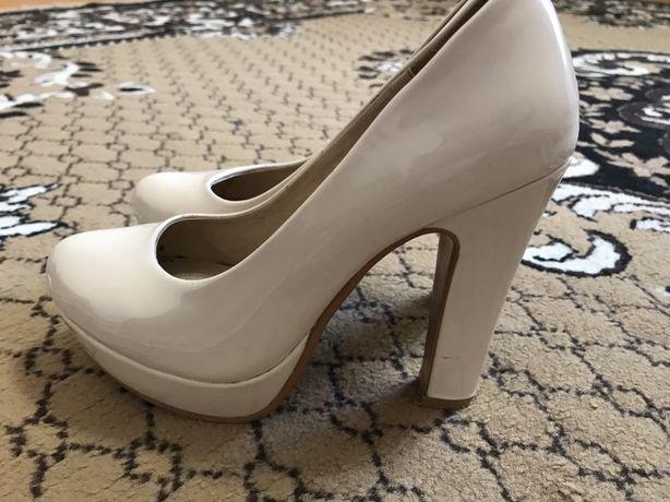 Туфлі на каблуку жіночі
