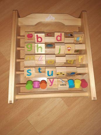 Drewniana zabawka z literami i obrazkami