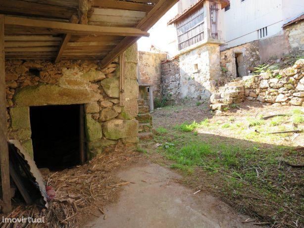 Moradia para restauro em Ossela