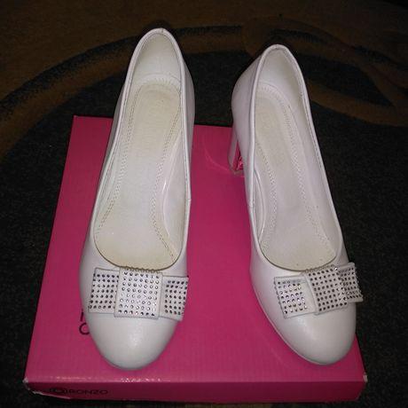 Свадебные или просто белые туфли