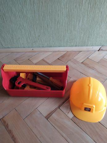Skrzynka z narzędziami z kaskiem