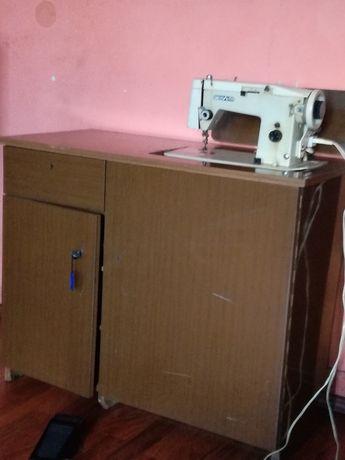 Maszyna do szycia ŁUCZNIK466 w zabudowie(oryginalna szafka)