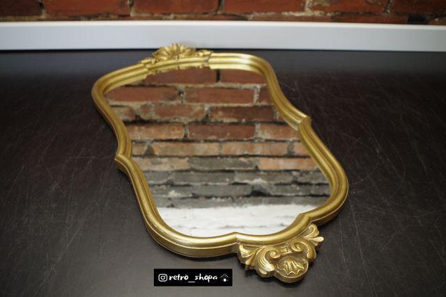 Lustro asymetryczne w złotej drewnianej ramie zdobione