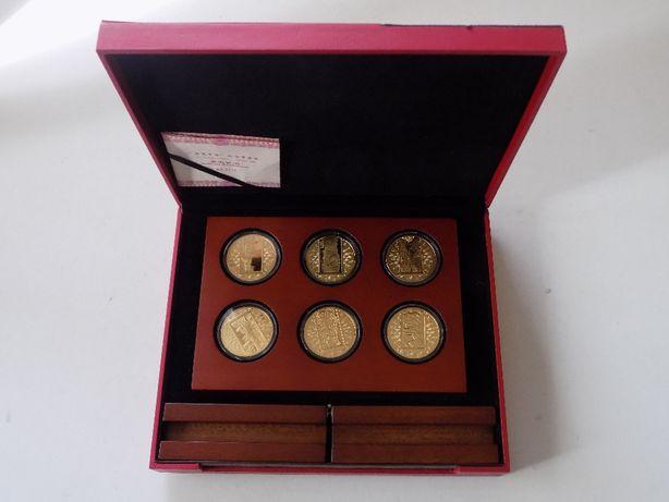 Kolekcja 12 platerowanych numizmatów / medali Symbole Chin + kasetka