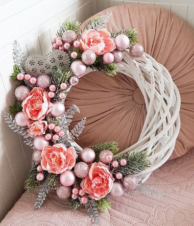 Wianek świąteczny różowy bombki dekoracja ozdoba na drzwi wieniec