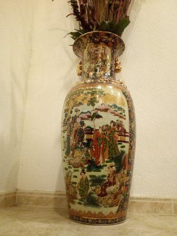 Jarrão Chinês em porcelana pintado à mão, com 84cm de altura