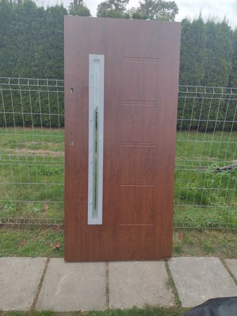 drzwi zewnetrzne orzech wejsciowe nowe 90 prawe z szybka przeszklone