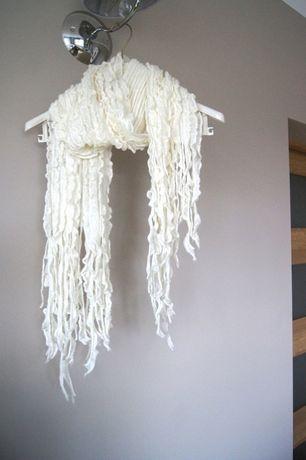 bialy kremowy cieply zimowy szalik fredzle fredzelki chusta biala 38M