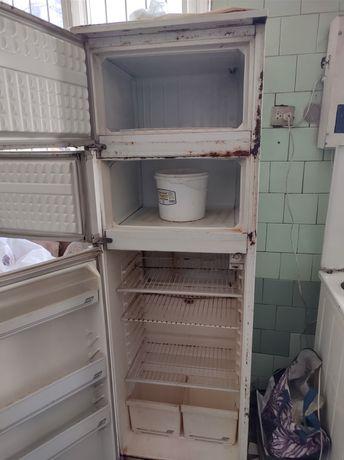 Холодильник с двумя морозильными камерами