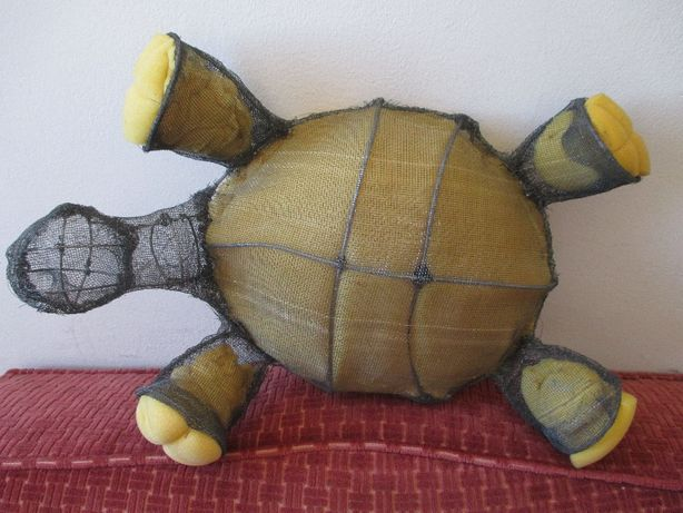 Tartaruga (estrutura em arame e esponja) para decorar