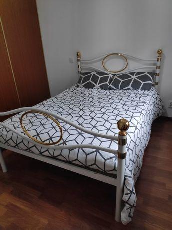 Cama de casal, mesas de cabeceira e cómoda com espelho