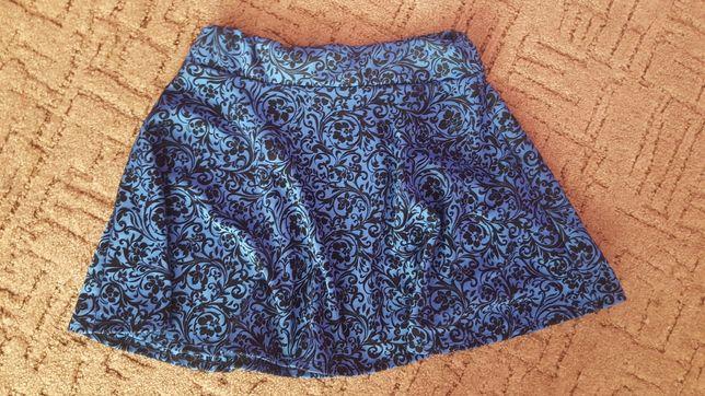 Ciemnoniebieska spódniczka z wzorami
