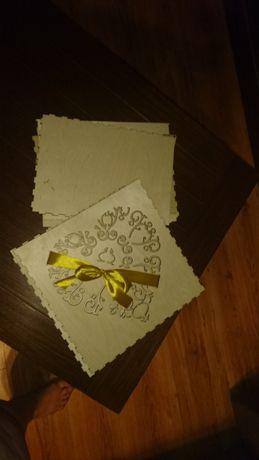 Pudelko na koperty ze zlotą kokardką
