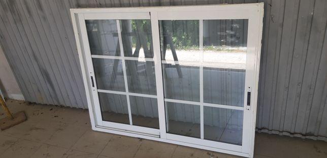 Janelas alumínio lacado branco com vidro duplo com quadricula