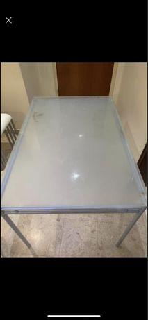 Mesa de cozinha de vidro com quatro cadeiras em branco