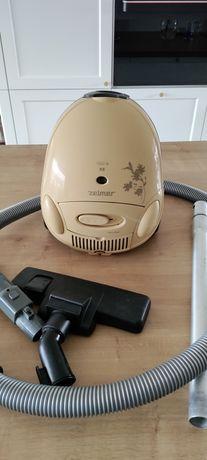 Mocny mały odkurzacz Zelmer XS o mocy 1500 W. Nowy worek i filtr.