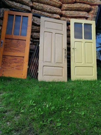 Drzwi drewniane.