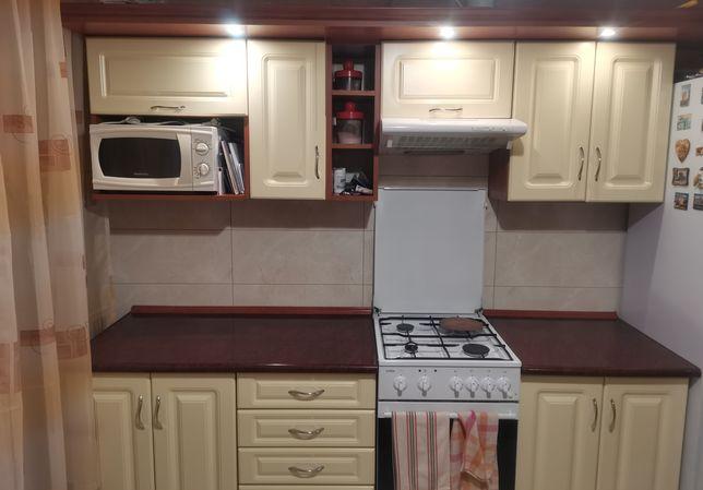 Meble kuchenne, kuchenka, mikrofala, stół i krzesła