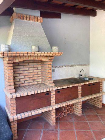 Churrasqueira nueva com bancada e parede em tijolo