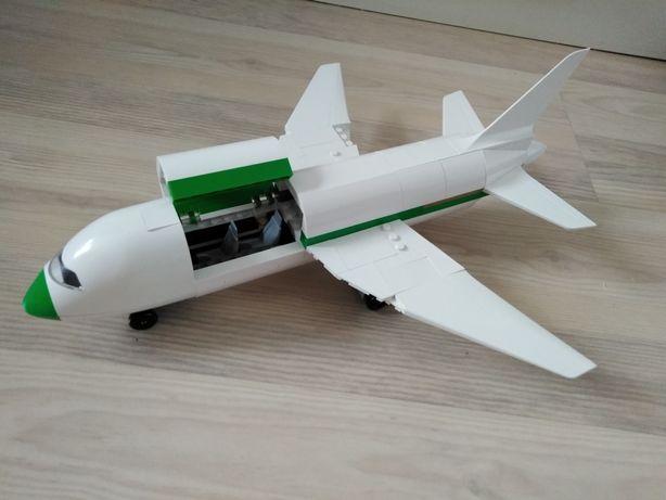 Samolot z klocków identycznych z lego