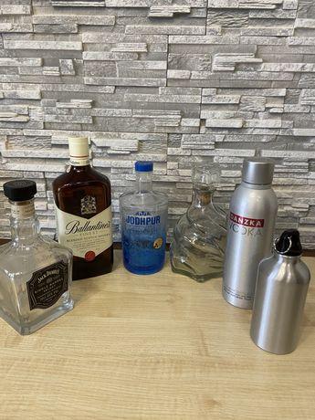 Стеклянные бутылки от элитных напитков, графин