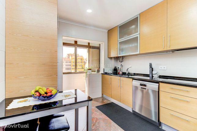 Apartamento T2 (3 assoalhadas) no 2º piso, na freguesia de Santa Clara