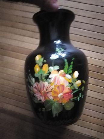 Jarra antiga preta com flores