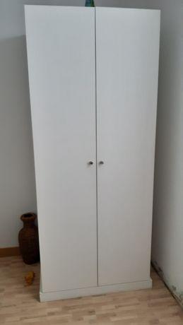 Roupeiro de duas portas pintado de branco em bom estado