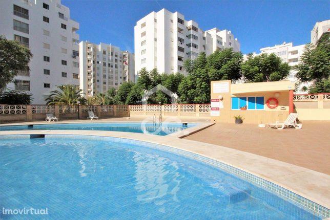 Apartamento T2 em condomínio com piscina e garagem no centro de Armaçã