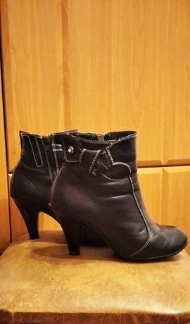 Продам женские ботинки.