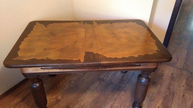 stół z miedzianymi wstawkami