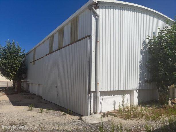 Armazém com 150 m2 em open espace em Condomínio privado.