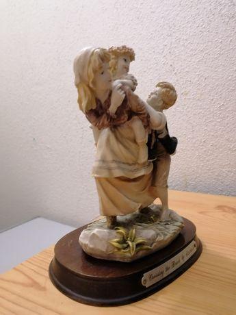 Estatueta mãe brincando com filhos