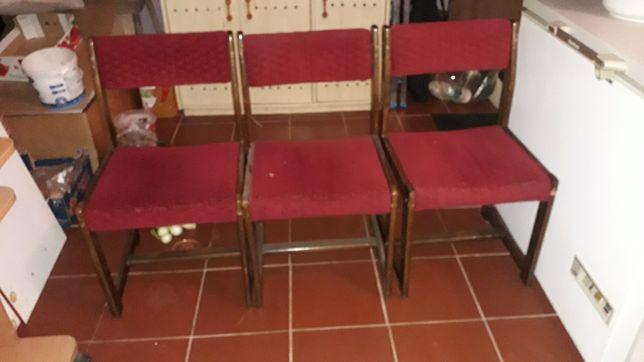 Oddam trzy drewniane krzesła