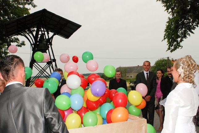 Balony z helem wypuszczane w pęku, ze skrzyni
